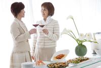 ワインで乾杯する中高年女性2人