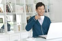 ノートパソコンを見る中高年男性