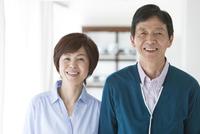 笑顔の中高年夫婦