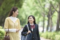 話をする女子校生と母親