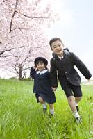 芝生を走る子供たち