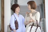 笑顔の中高年女性2人