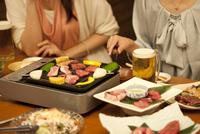 テーブルの上の焼き肉料理