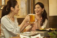 ビールで乾杯する女性2人