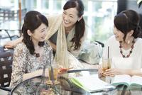 カフェで話す中高年女性3人