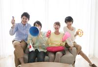ソファーに座って応援する男女4人