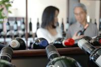 ワインを選ぶ中高年夫婦