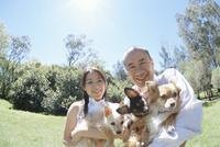犬を抱く中高年夫婦