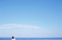 海を眺める男の子