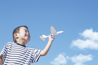 紙飛行機を持つ男の子
