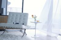 ソファーと風になびくカーテン