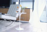 ソファーと風になびくカーテン 07800043272| 写真素材・ストックフォト・画像・イラスト素材|アマナイメージズ