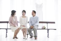 話をする花嫁と両親