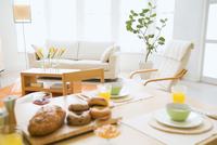 朝食の置かれたテーブルとリビングルーム