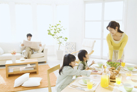 朝食の準備をする母姉弟とソファに座る父 07800043698| 写真素材・ストックフォト・画像・イラスト素材|アマナイメージズ
