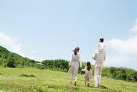 芝生を歩く4人家族