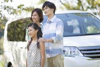 車と3人家族