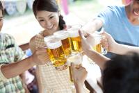 ビールで乾杯する若者6人