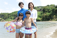 海で遊ぶ4人家族