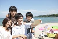 スマートフォンで撮影する4人家族