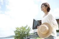 麦藁帽子を持った女性