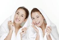 タオルを被った2人の女性