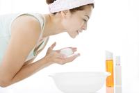 洗顔をする中高年女性