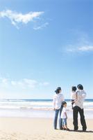 海を眺める家族4人
