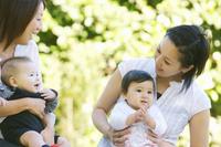 2組の赤ちゃんと母親 07800045077| 写真素材・ストックフォト・画像・イラスト素材|アマナイメージズ