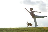 芝生の上でポーズをとる女性