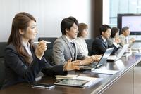 会議中のビジネス男女6人