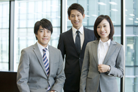 笑顔のビジネス男女3人
