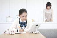 勉強する女子校生と母親