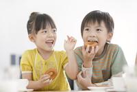 おやつを食べる男の子と女の子