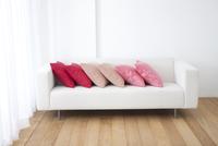 ソファーの上に並べられたクッション