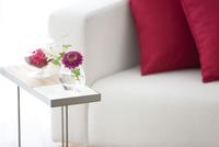 サイドテーブルの上の花 07800046219| 写真素材・ストックフォト・画像・イラスト素材|アマナイメージズ