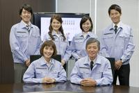 作業服を着た男女6人のポートレート