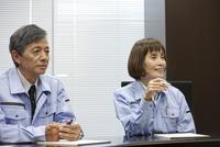 会議をするシニア男性と女性