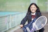 自転車に乗る女子校生