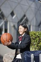 バスケットボールを見ている女子校生