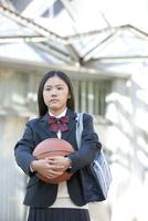 バスケットボールを持つ女子校生