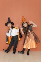 ハロウィンの衣装を着た男の子と女の子 07800046491| 写真素材・ストックフォト・画像・イラスト素材|アマナイメージズ