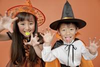 ハロウィンの衣装を着た男の子と女の子