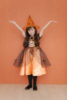 ハロウィンの衣装を着た女の子 07800046511| 写真素材・ストックフォト・画像・イラスト素材|アマナイメージズ