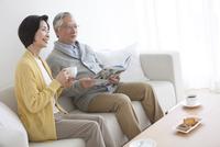 ティータイム中の中高年夫婦