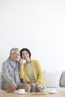 電話をしている中高年夫婦