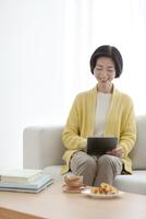 タブレットPCを操作する中高年女性