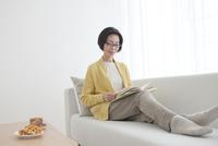 本を読んでいる中高年女性