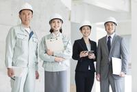 建設現場に立つ男女4人