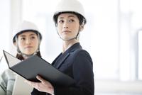 建設現場を見る女性2人